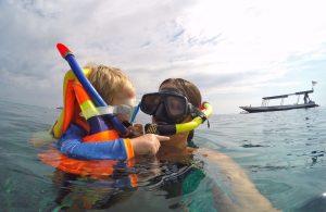 Anda dapat mengajari anak anda snorkeling di paket wisata lombok kami, kontak kami di nomor Hp / whatsapp +6287864575957